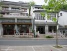 Деревня Лун Цзин. Здесь в каждом доме живет Лун Цзин. Хозяева, как правило, обитают на втором этаже, первый же служит демонстрационным залом для продажи чая. Часто готовят чай прямо здесь.