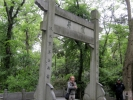 Ворота Лун Цзин. За ними -  храм.